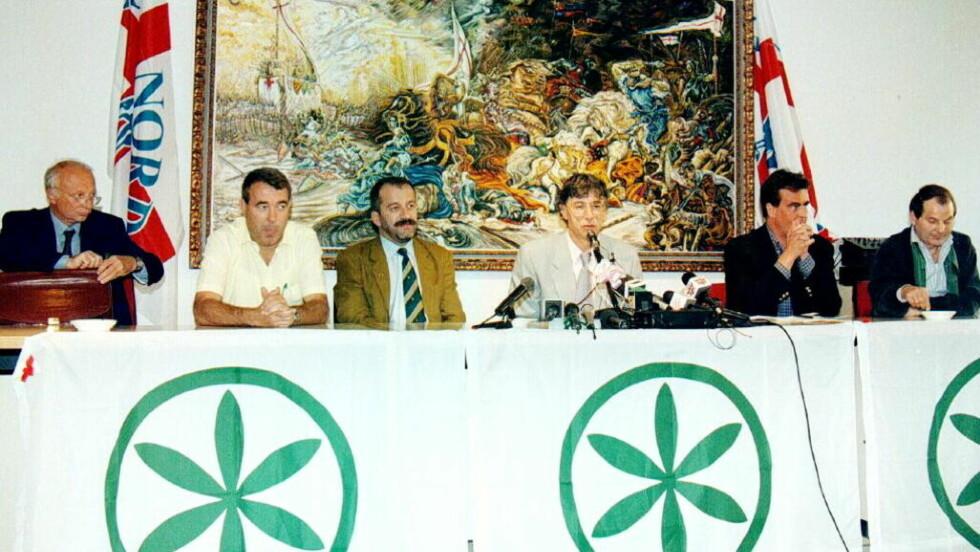 TIDLIGERE REGJERINGSKOMPISER: Silvio Berlusconi har flere ganger lent seg på det ytterliggående høyrepartiet Liga Nord for å kunne danne regjering. Her er Franseco Speroni (nr. to f.v.) på et møte med Liga Nord.Foto: EPA / SCANPIX