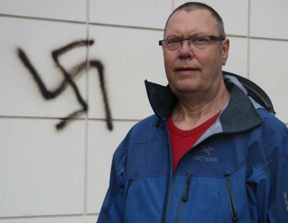 - TRUSSEL: Svein Harald Engevik opplevde hakekorsene som en direkte trussel da han så dem lørdag morgen. Foto: Marie S. Osland / Firda