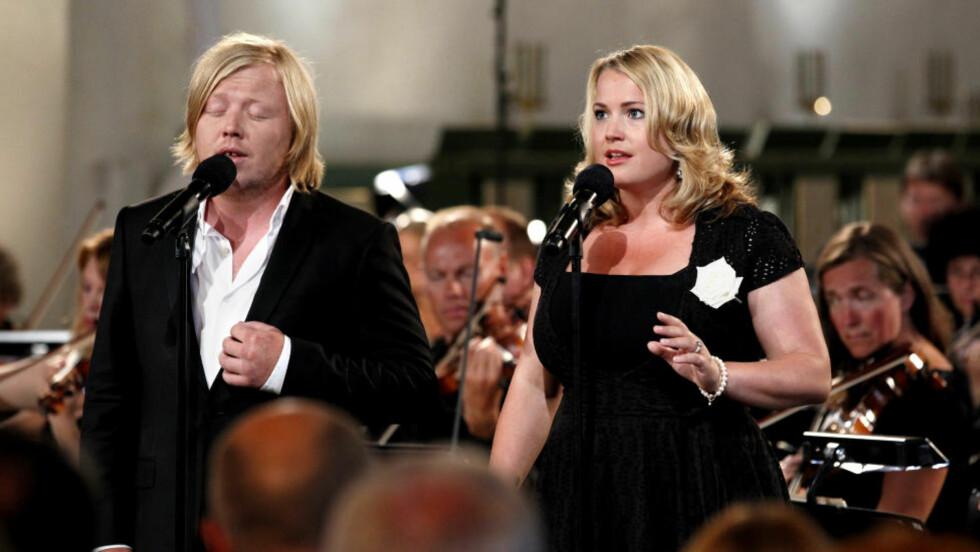 SANG FOR OFRENE: Kurt Nilsen og Helen Bøksle framførte låta «Gje meg handa di, ven» i Oslo Domkirke i dag. Foto: Erlend Aas / Scanpix