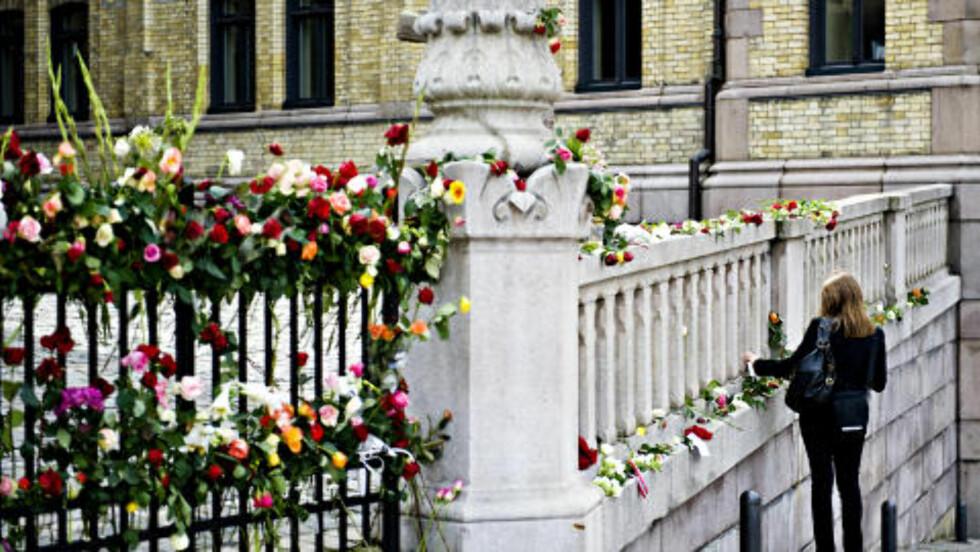 PYNTET MED BLOMSTER: Inngangen til Stortinget er dekorert med roser og blomster etter de grufulle angrepene fredag 22. juli. Foto: Benjamin A. Ward / Dagbladet