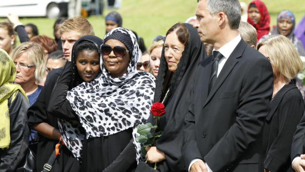 DELTAR I TRE BEGRAVELSER:  Jens Stoltenberg deltok da Mona Abdinur ble begravet på det muslimske gravfeltet på Høybråten i Oslo. Statsministeren skal delta i ytterligere tre begravelser denne uken. Foto: Berit Roald / Scanpix