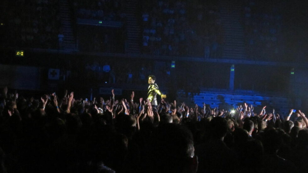 "LITEN, MEN STOR: Prince tok publikum med storm - en lilla regnstorm av silkepapir - da han åpnet tirsdagens konsert med ""Purple Rain"". Foto: Dagbladet"