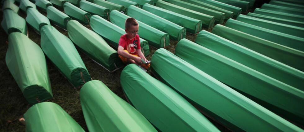 SPRÅKETS BETYDNING: I årevis før massakren i Srebrenica hadde muslimer systematisk blitt demonisert i serbisk presse. Bildet er fra en massebegravelsesseremoni for Srebrenica-ofre i juli i år. Foto: Dado Ruvic/REUTERS/SCANPIX