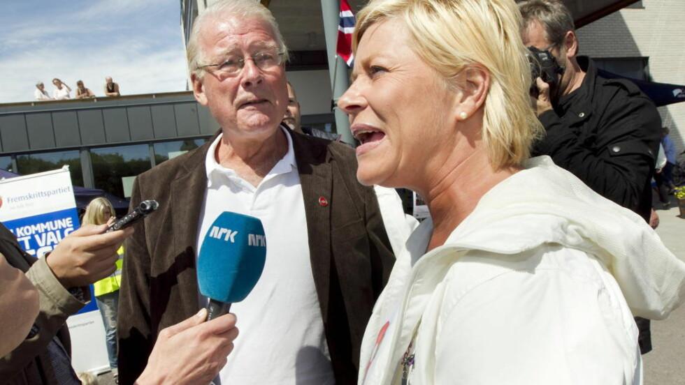 FRP-TOPPER: Carl I. Hagen møtte Frp-leder Siv Jensen under valkampstarten på torget i Stokke i juni.  Foto: Heiko Junge / Scanpix