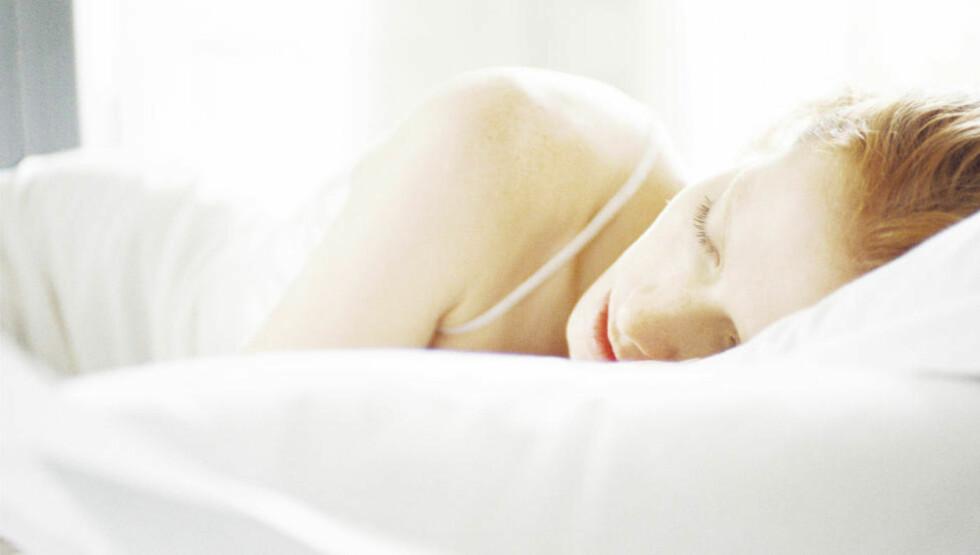 SØVNMAT: Med noe mat kan søvnen komme litt lettere. Nederst ser du lista over maten som gjør deg søvning og maten som gjør deg våken.Foto: Colourbox