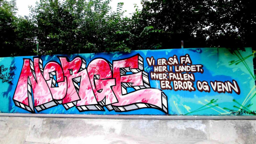 SKUER TILBAKE: De siste ukene har vi hentet frem dikt og sitater fra krigslyrikere som Nordahl Grieg. Her har et Grieg-sitat blitt et piece ved skateparken ved Dyvekes bro i Gamlebyen, laget av Tomas Samset og Halvor Harsem. Foto: Halvor Harsem