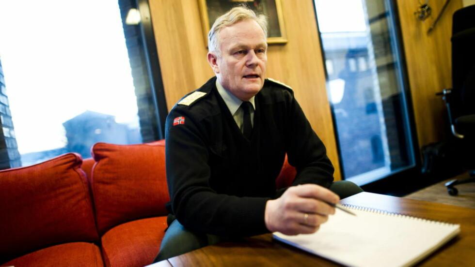 ANMELDT: Forsvarssjef Harald Sunde på sitt kontor i Forsvarsdepartementet.  Foto: Håkon Eikesdal
