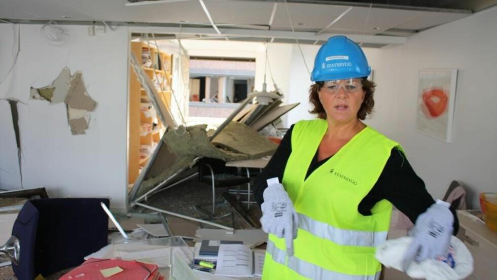 STATSRÅDENS KONTOR: Mandag var arbeidsminsiter Hanne Bjurstrøm inne og så på skadene på hennes eget statsrådskontor i det såkalte S-blokka i Regjeringskvartalet. Foto: Arbeidsdepartementet