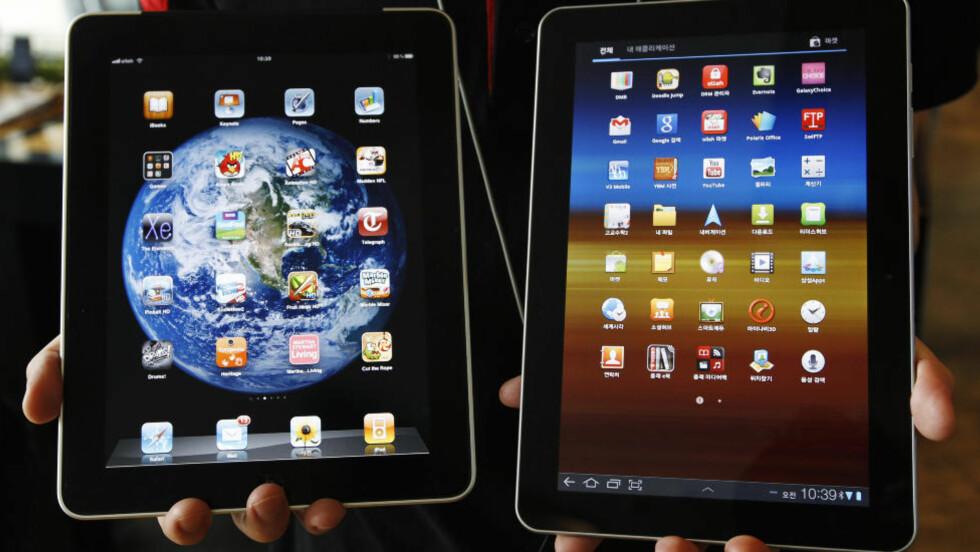 FOR LIK: Her er Samsungs Galaxy Tab 10.1 (til høyre) ved siden av en Apple iPad. En tysk domstol har nå gitt Apple medhold i at Samsung har kopiert deres ideer, og stoppet salget av Galaxy Tab 10.1 i EU. Foto: REUTERS/Jo Yong-Hak