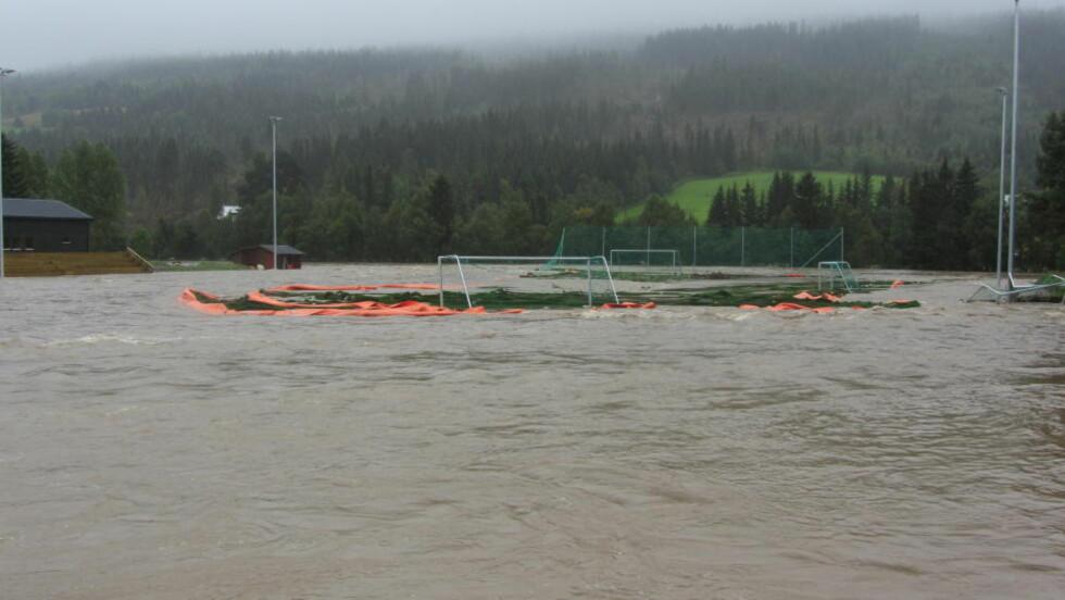 PRAKTANLEGG: To dager før åpningen forsvant det nye fotballanlegget i flommen. Foto: OLVE MORKEN