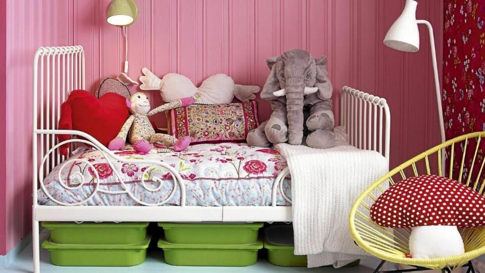 JENTEROM: Rosa eller ei, det bør også være rom for andre farger, leker og god oppbevaringsplass på jenterommet. Foto: Frode Larsen
