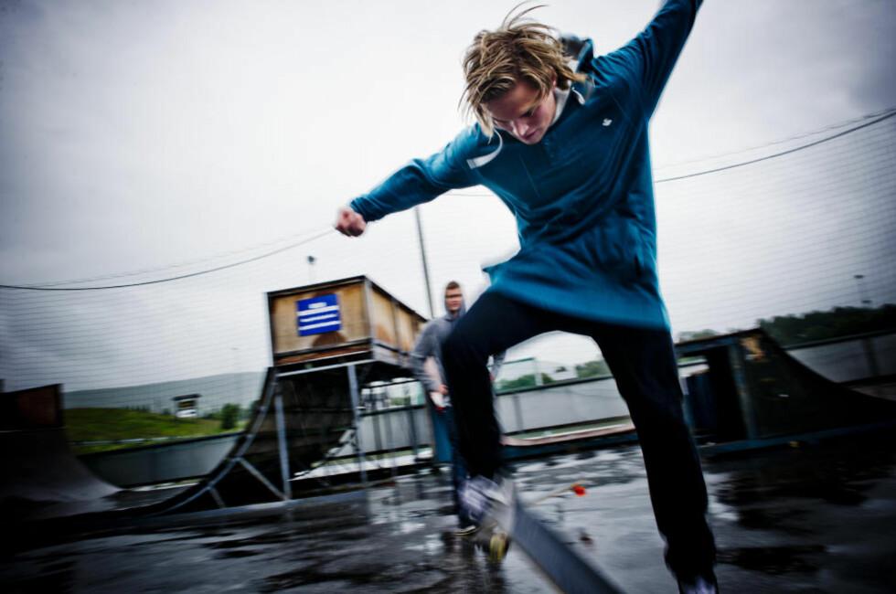 FLYTTER HJEM: Snowboardproffen Tore Holvik (22) takker kommunen for de gode tilbudene han har fått. Selv om han bruker store deler av året på reise, liker han best i hjemkommunen.  Han trives så godt at han har kjøpt hus på Geilo. Unge under 35 år i Hol kommune får 150.000 i tilskudd for å kjøpe seg et hjem.  Foto: Håkon Eikesdal