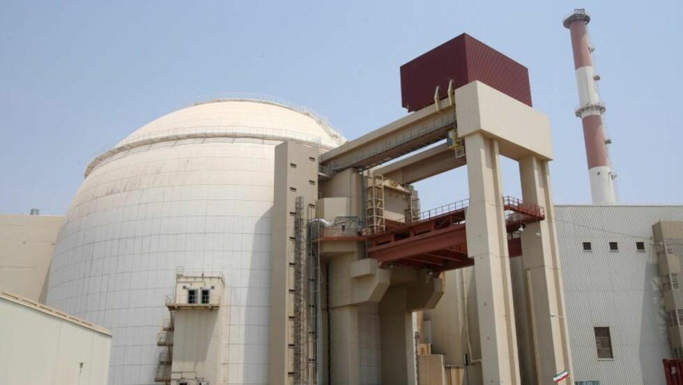 KOBLET PÅ: Bushehr, Irans første kjernekraftverk, produserer strøm og er koblet til det nasjonale elektrisitetsnettet. Bildet er fra august 2010. Foto: EPA/SCANPIX