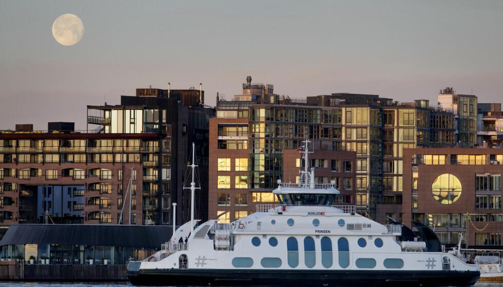 TVANGSEKTESKAP ? Nesoddbåten er navlestrengen mellom Nesodden og Oslo - her til kai ved Aker brygge i Oslo. Foto: Håkon Mosvold Larsen / NTB Scanpix.