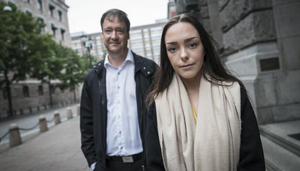 FORKYNNINGSDRAMA: Andrea Voldum, her med bistandsadvokat John Christian Elden, venter på at dommen fra Borgarting lagmannsrett skal bli forkynt for to av mennene som ble frikjent for voldtektsanklagene. Foto: Øistein Norum Monsen / Dagbladet