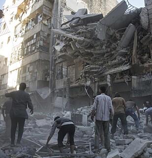 DAGLIGE ANGREP: Dette bildet er fra i går, 27. september og viser et bombet hus i et nabolag i Al-Shaar i Aleppo. Foto: KARAM AL-MASRI / AFP / SCANPIX