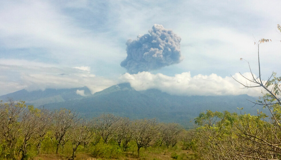 ASKESKY: Utbruddet på Mount Barujari beskrives som ganske lite, men askeskya skal ha vært synlig 2000 meter opp i været. Foto: Antara Foto/Santanu Bendesa/via REUTERS / NTB Scanpix.
