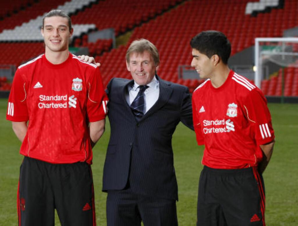 ENGELSKMANN OG SØR-AMERIKANER: Manager Kenny Dalglish ønsker klubbens sponsorbank å beholde. Her med Liverpools vinterkjøp, Andy Carroll (t.v) og Luis Suarez. Foto: AP/Tim Hales