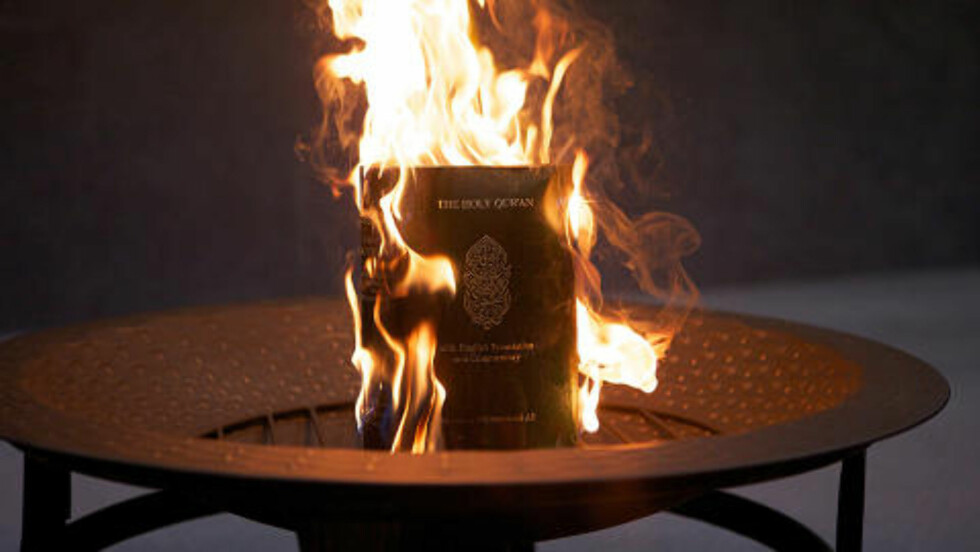 KORANBRENNING: Den amerikanske pastoren Wayne Sapp satte 20. mars fyr på koranen etter at de skal ha kjent boka skyldig under en rettssak i kirken. Den omstridte pasotren Terry Jones holdt oppsyn med brenningen. Foto: AFP/Andrew Ford/Scanpix