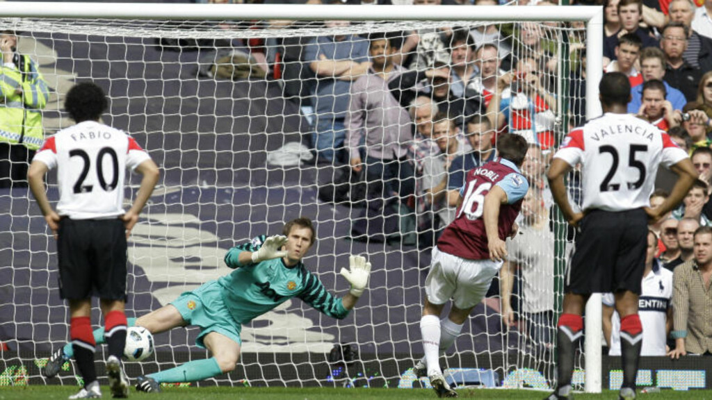 NUMMER EN: Mark Noble sendte Tomasz Kuszczak den ene veien og ballen den andre, som det så fint heter. 1-0 til West Ham etter drøyt ti minutter. Det var lenge igjen.Foto: SCANPIX/AP/Sang Tan