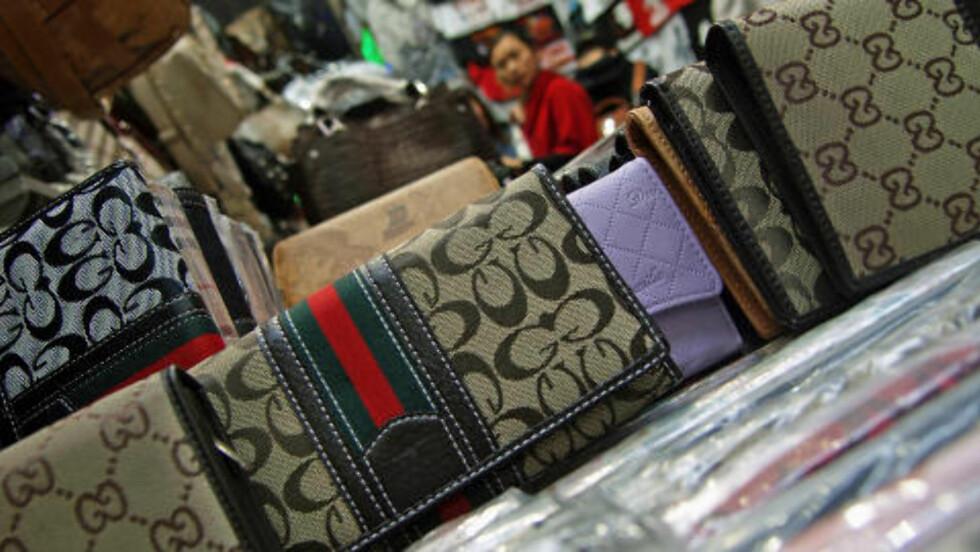 MØNSTER: Det er folksomt i bodene og butikkene som selger piratvarer på Ladies Market i Hong Kong. Varer med klare mønster, som Gucci-mongrammet over, er mest populære. Foto: Torgeir P. Krokfjord/Dagbladet