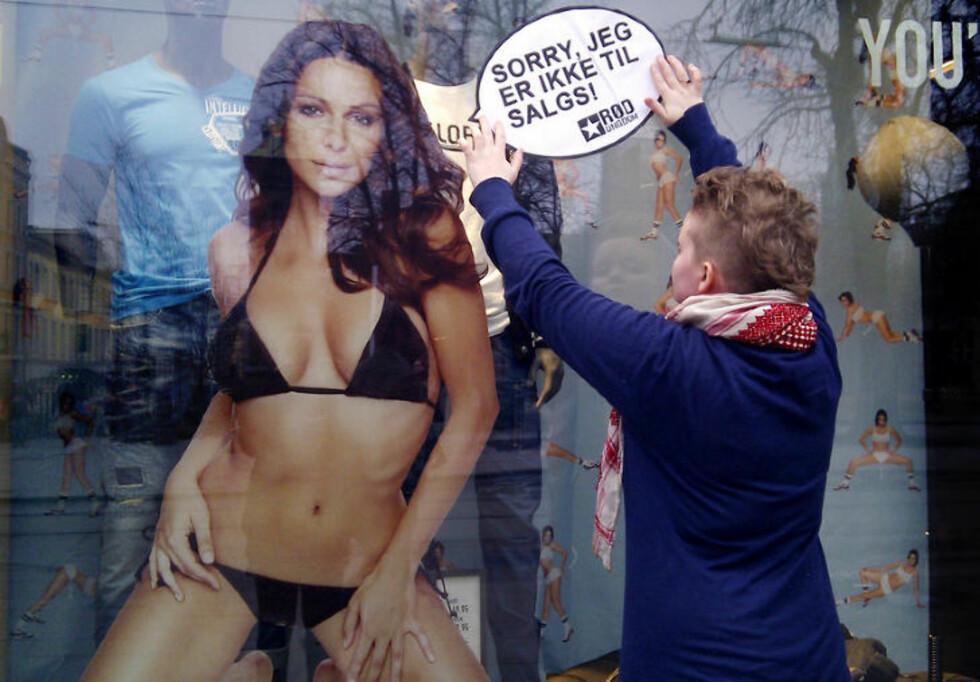 - KYNISK: Rød Ungdom reagerer sterkt på Jack & Jones siste reklamekampanje som forsøker å selge herreklær ved hjelp av denne dama. Idag hadde de en aksjon utenfor klesgigantens butikk på Karl Johan i Oslo. Foto: Rød Ungdom