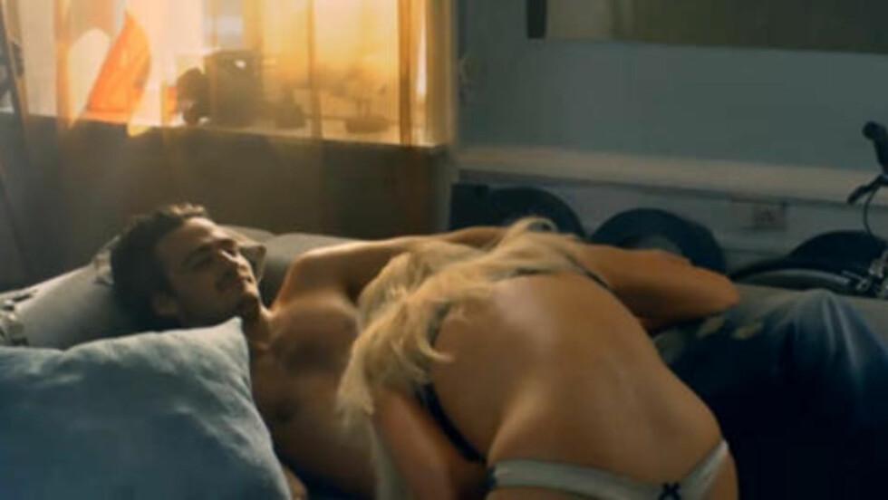 FRA REKLAMEFILMEN: På Jack & Jones siste reklamefilm driver  lettkledde kvinner det som tilsynelatende fremstår som livredning på mann. Rød Ungdom raser mot klesgigantens nye film. Foto: Fra filmen