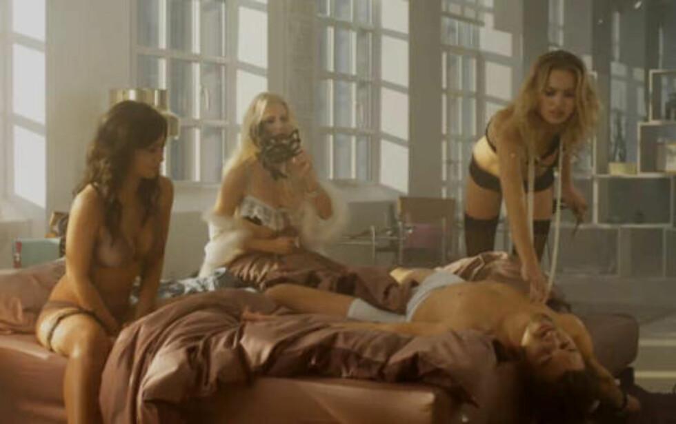 - FRISKT: På Jack & Jones siste reklamefilm driver undertøyskledde kvinner det som tilsynelatende fremstår som livredning på en lettkledd mann. FPU-formann mener klesgigantens nye kampanje er et friskt og sunt innslag i et åpent samfunn. Foto: Fra filmen