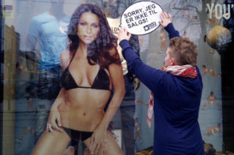 - KYNISK: Rød Ungdom reagerer sterkt på Jack & Jones siste reklamekampanje som forsøker å selge herreklær ved hjelp av denne dama. I går hadde de en aksjon utenfor klesgigantens butikk på Karl Johan i Oslo. Foto: Rød Ungdom