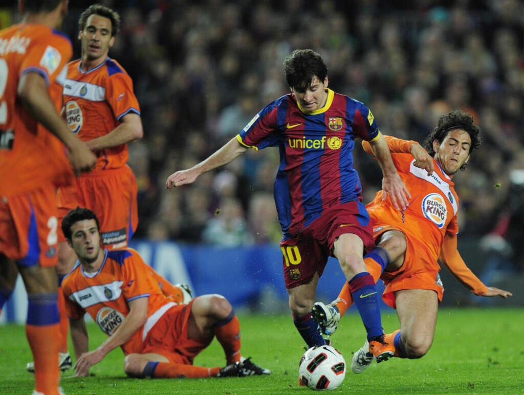 MOT RØKLA: Leo Messi forteller på sin nye Facebook-siden at «ingen» hadde tro på at han skulle bli fotballspiller da han var liten. Siden den gang har han slått de fleste rekorder og er nå regnet som verdens beste fotballspiller. Her må fire Getafe-spillere gi opp mot den lille magikeren. Foto: AP Photo/Manu Fernandez/Scanpix