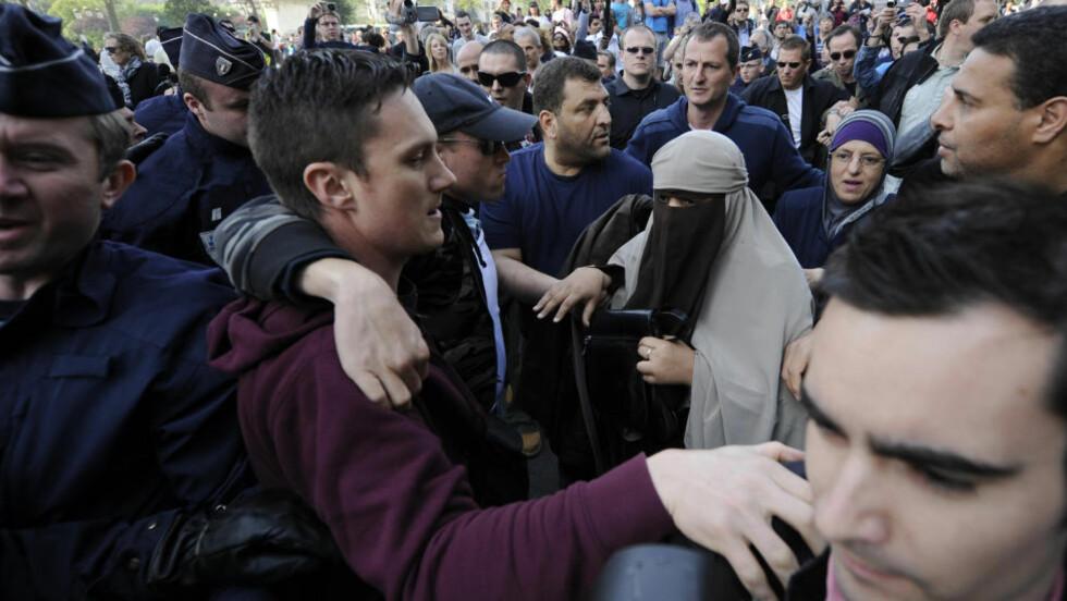 PÅGREPET: Her blir Kenza Drider i nikab pågrepet av politi i sivil utenfor Notre Dame i Paris. I dag ble det forbudt å bruke heldekkende slør på offentlig sted i Frankrike. Foto: SCANPIX/REUTERS/Gonzalo Fuentes