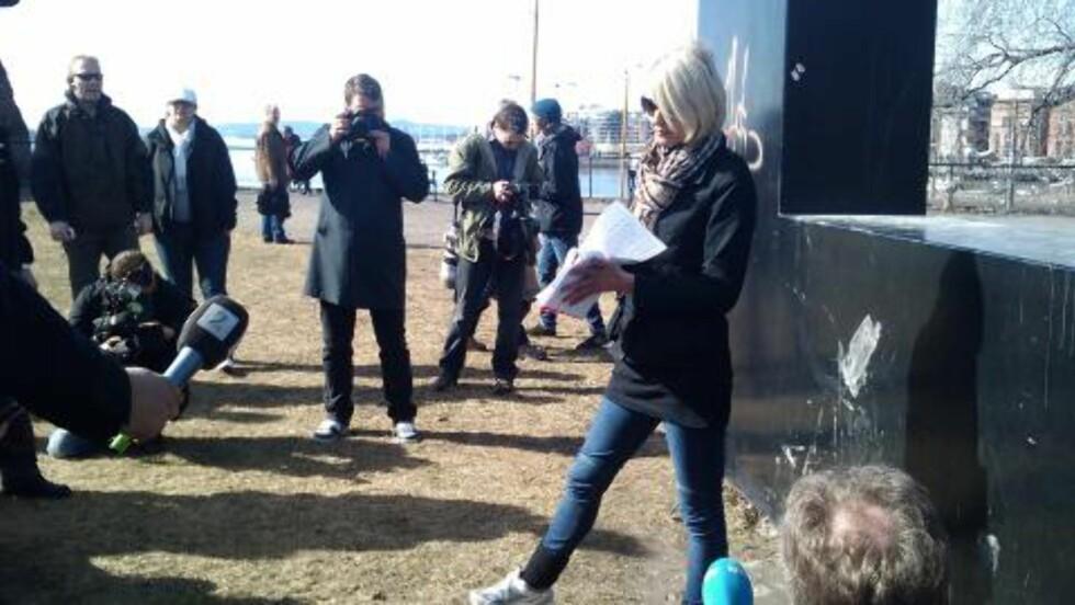 FIASKO: Leder Lena Andreassen i NDL håpet å samle 100 meningsfeller til demonstrasjon i dag. Det kom bare ti stykker. Foto: Eiliv Frich Flydal / Dagbladet