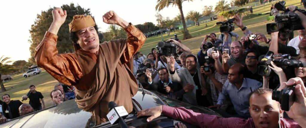 - HAR GODTATT PLAN: Ifølge Sør-Afrikas president Jacob Zuma har Libyas leder Muammar Kadhafi godtatt «et veikart» som er utarbeidet av Den afrikanske union for å finne en løsning på konflikten i Libya. Her vinker han fra bilen utenfor presidentpalasset i Tripoli etter møtet med afrikanske ledere i Den afrikanske union (AU). Foto: Reuters/Louafi Larbi/Scanpix