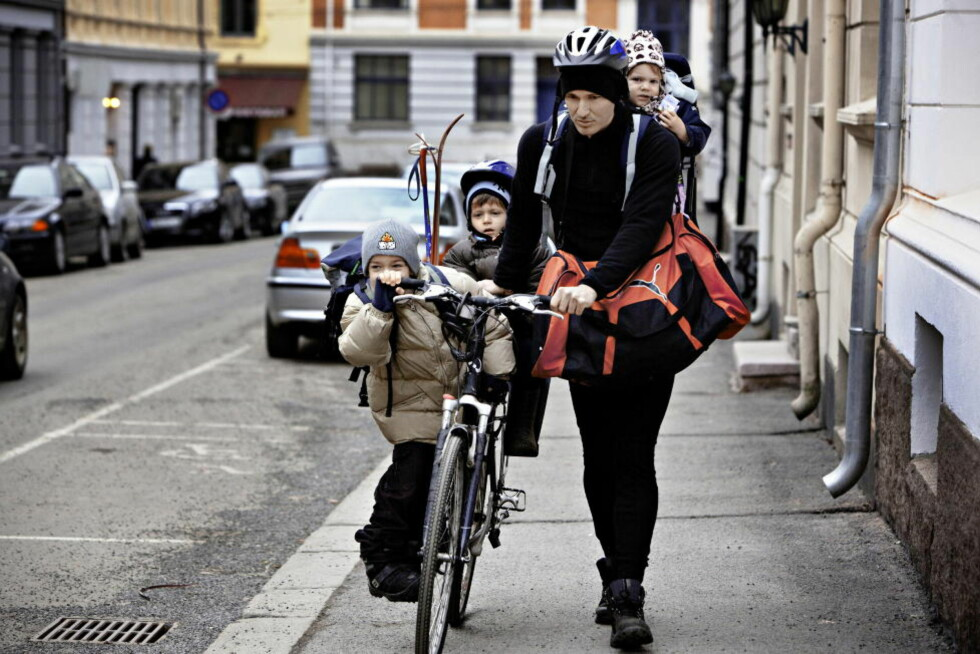 <strong>BARNEBUDET:</strong> Etter at Pierre-Eric har fulgt barna Marcus (6), Joakim (4) og Celina (2) til skole og barnehage, sykler han til jobb. Slik får han lurt inn litt trening i en hektisk hverdag.