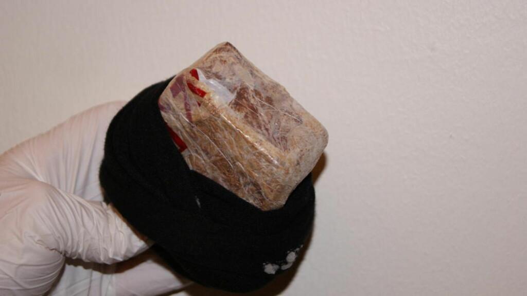 SOKKSJOKK I TRUSA: Tollerne fant denne sokkem med heroin i underbuksa til en 31 år gammel marokkaner på vei over svenskegrensa på Svinesund i går. Foto: TOLLVESENET