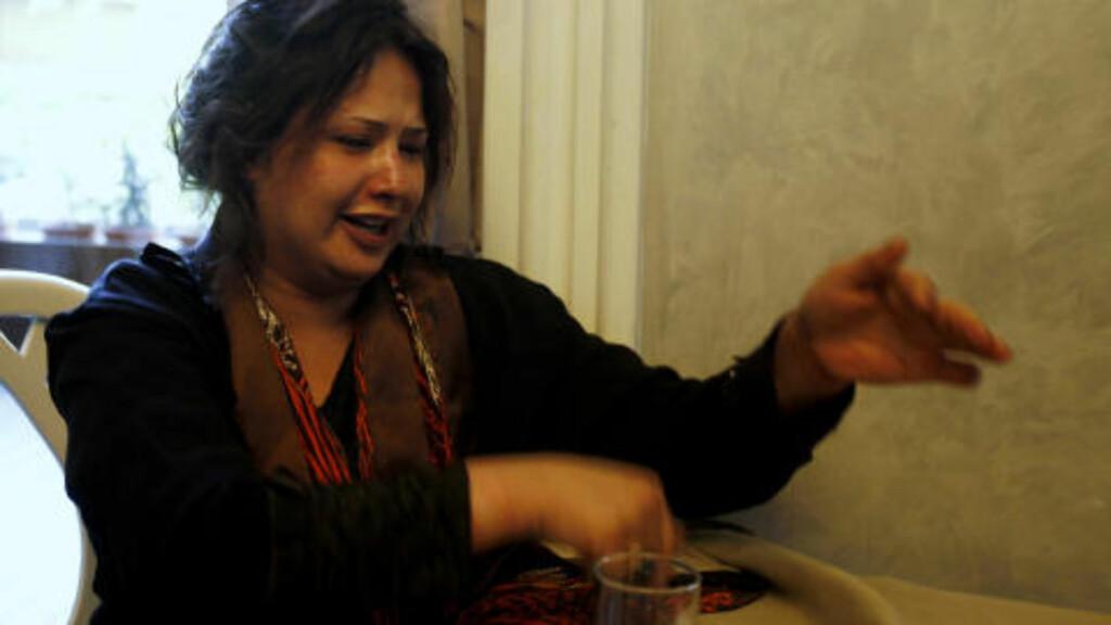 FORTVILET: Eman al-Obaidi forsøkte fortvilet å forklare hva hun hadde blitt utsatt for. Foto: REUTERS/Zohra Bensemra/Scanpix
