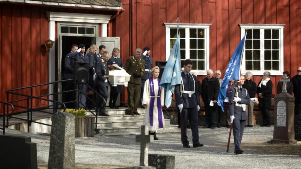 DEN SISTE UTMARSJ: Ble i dag bisatt i Grytten kire på Veblungsnes i Rauma kommune. Her bæres kisten ut fra kirken. Foto: Erik Hattrem / Dagbladet