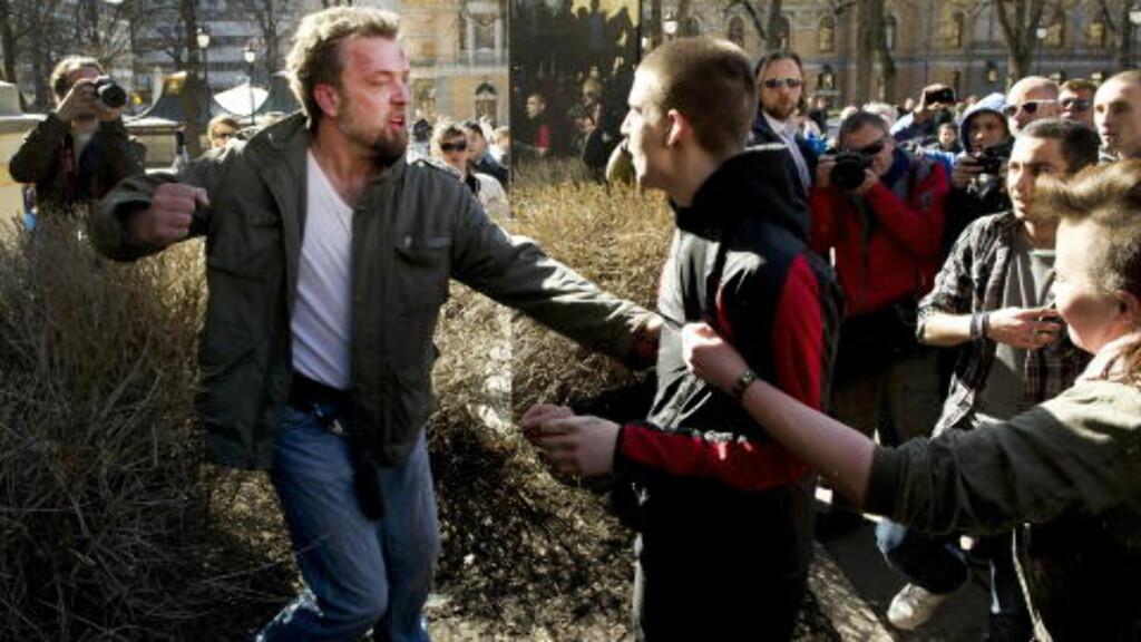 POLITI: Politiets sivile spanere fulgte nøye med på situasjonen da det brøt ut slosskamp på Universitetsplassen under en demonstrasjon på lørdag. Foto: Øistein Norum Monsen /DAGBLADET