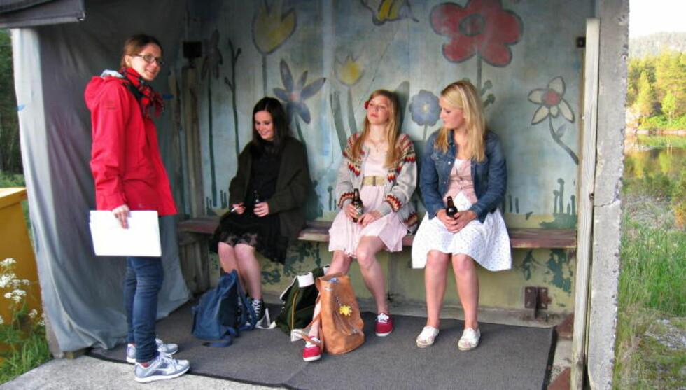 UNDER OPPTAK: Regissør Jannicke Systad Jacobsen instruerer filmens unge skuespillere, i midten hovedrolleinnehaver Helene Bergsholm. Foto: Fra filmen