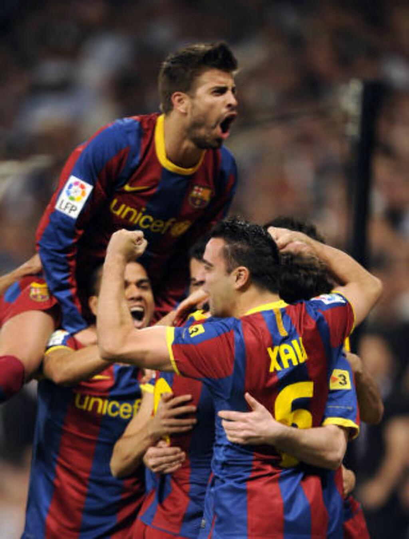 JUBLET: Gerard Pique og de andre Barcelona-spillerne jubler etter Lionel Messis straffescoring. Foto: Scanpix