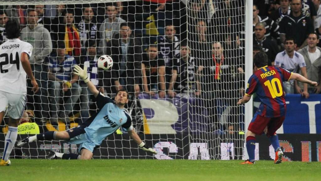 MIDT I MÅL: Lionel Messi ventet ut Iker Casillas og satte ballen midt i mål. Hans 49. mål i alle turneringer denne sesongen. Foto: AP Photo / Andres Kudacki / Scanpix