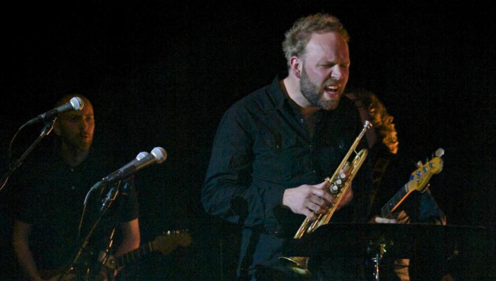 INTENSITET: Mathias Eick brukte kraftige virkemidler i sitt bestillingsverk og intensiteten på scenen var til tider høy da «Voss» ble spilt for første gang på Voss i går. Bassist Audun Erlien til høyre. Foto: Terje Mosnes