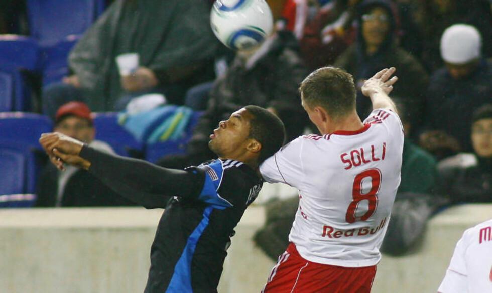 VÅR MANN: Jan Gunnar Solli i duell med Ryan Johnson. Foto:  Andy Marlin, Getty Images/AFP/Scanpix