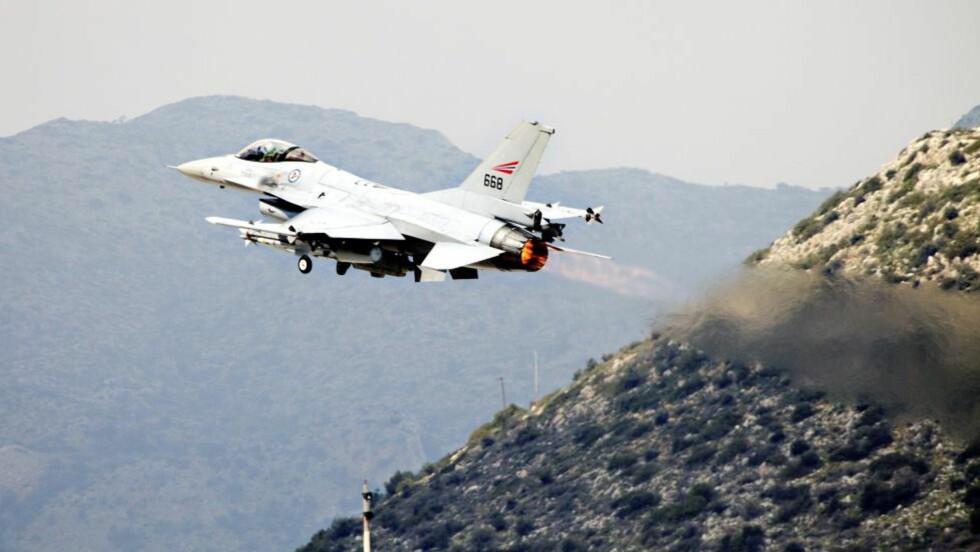 DELTAKELSE:  Beslutningen om å sende seks norske kampfly til Libya ble tatt etter en rekke telefonsamtaler. Dette bildet viser et av de norske jagerflyene som deltar i militæroperasjoner i Libya. Foto: Lars Magne Hovtun / FORSVARET / Scanpix