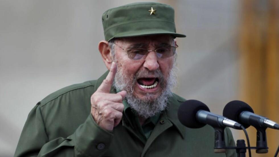 I KJENT POSITUR: Fidel Castro hamrer sjelden løs fra talerstolen lenger. Derfor har 84-åringen bestemt seg for å gi seg som partileder. Foto: Javier Galeano/AP