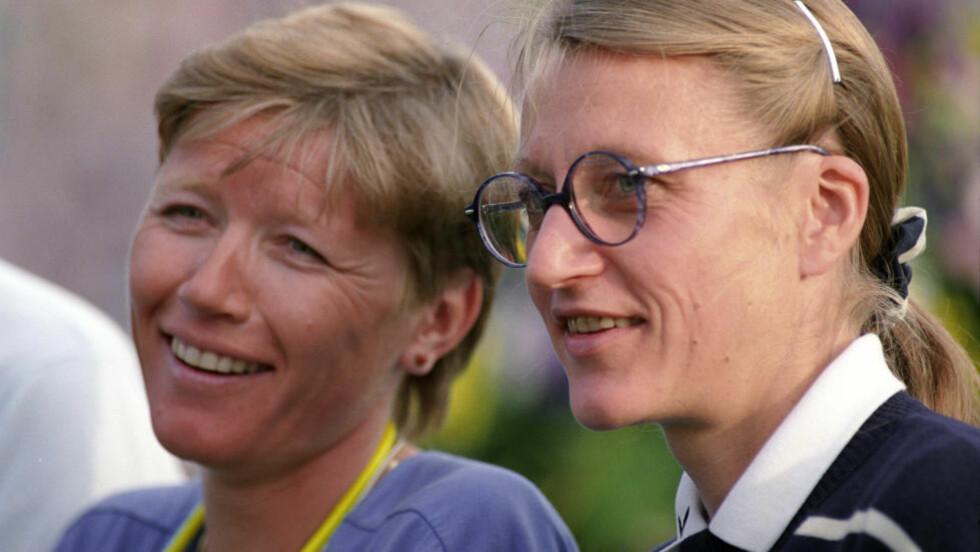 LØPERDRONNINGENE: Friidrettsstjernene Ingrid Kristiansen (tv) og Grete Waitz sammen på tribunen under Bislett Games i 1999.. Foto: Bjørn Sigurdsøn  / NTB / Scanpix