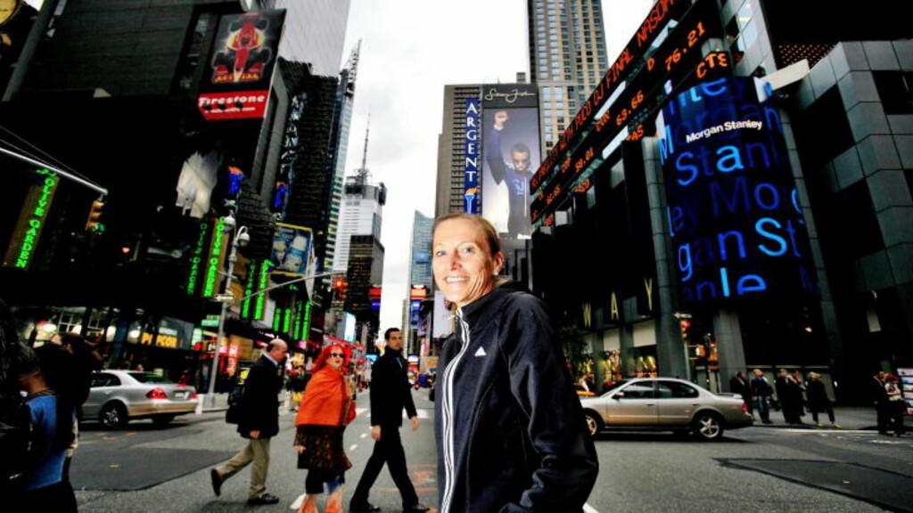 STOR I NEW YORK: Her er Grete Waitz på berømte Times Square, på Manhattan i New York.  Foto: Daniel Sannum Lauten/Dagbladet