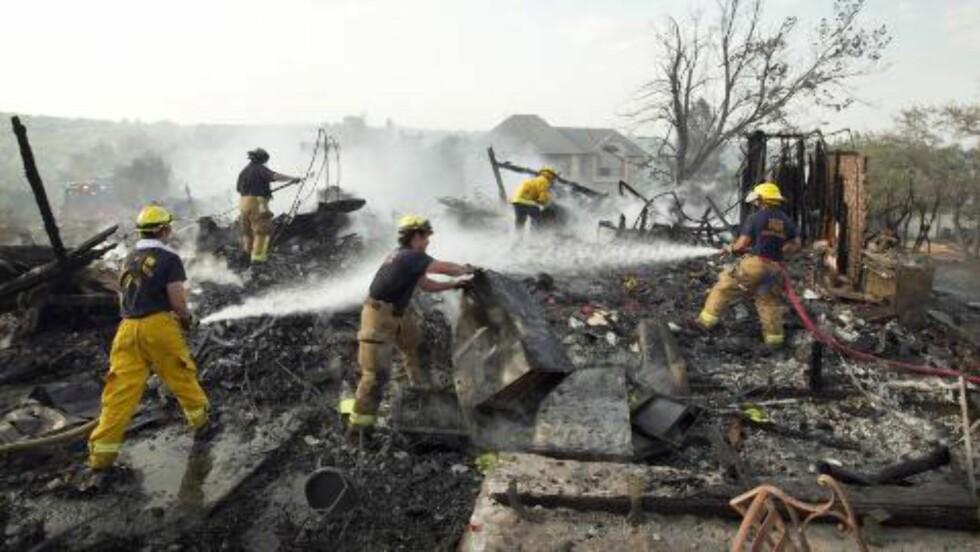 ØDELAGTE HJEM: Brannmenn fra Austin jobber i ruinene av et hjem som har brent ned til grunnen. Foto: AP Photo/Austin American-Statesman, Jay Janner