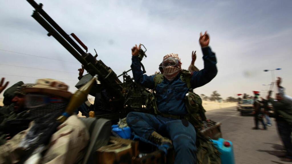 FULL GUFFE: Opprørskrigere på vei til fronten ved Ajdabiyah for tre dager siden. Foto: REUTERS/Yannis Behrakis/Scanpix