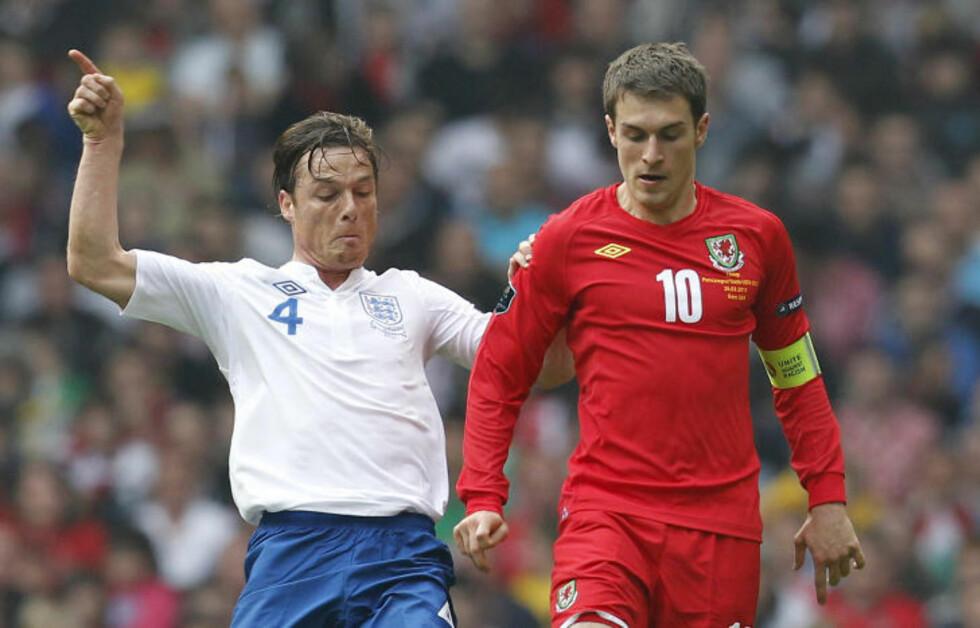 MIDTBANEANKER: Scott Parker spilte rollen som midtbaneanker for England i landskampen mot Wales og Aaron Ramsey. Foto: AFP PHOTO/IAN KINGTON/SCANPIX